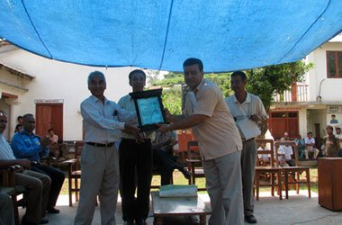 Suman-Pandey-recieving-the-gratitude-plaque
