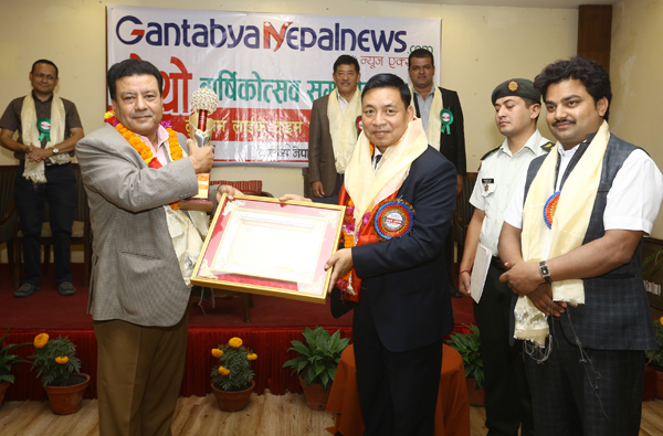 "Suman  Pandey receiving ""Life time achievement award"""